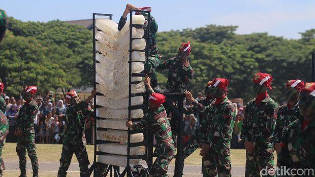 Tentara Dilindas Motor Saat HUT ke-72 TNI di Banda Aceh