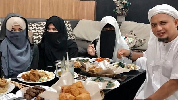 Ustad Arifin Ilham dan Ketiga Istrinya, Laudya Cynthia Bella Gelar Resepsi