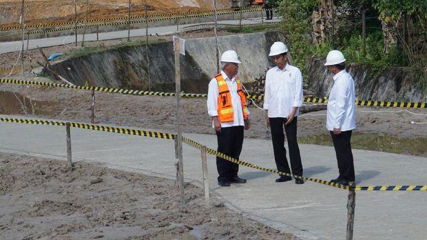 Jokowi didampingi Menteri PUPR Basuki Hadimuljono dan Gubernur Kalimantan Utara Irianto Lambrie .