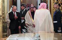 Vladimir Putin menjamu Raja Salman.
