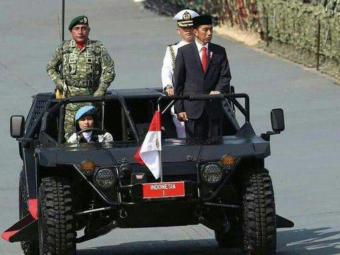Serda Bella menjadi perempuan peratama dalam upacara HUT TNI yang mengemudikan kendaraan inspeksi pasukan oleh presiden.