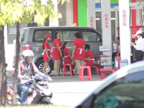 Petugas SPBU Layani Pengendara Pakai Dress Mini
