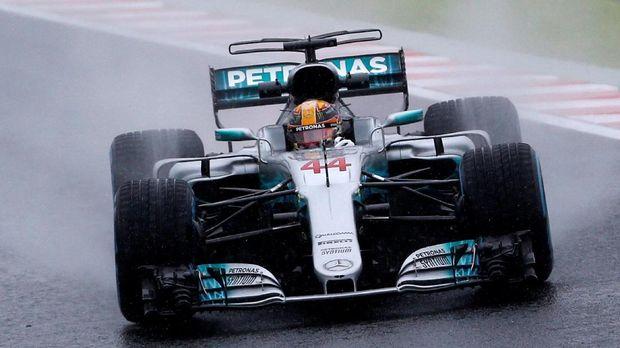 Lewis Hamilton membuka lebar peluang meraih gelar juara musim 2017.