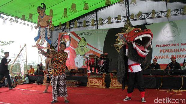 Ketua KPU Kabupaten Magelang, Afiffudin, menerima wayang Werkudara.