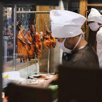 Ada juga pilihan makanan lainnya seperti bebek peking dan juga nasi hainan di Chinatown, Bandung.