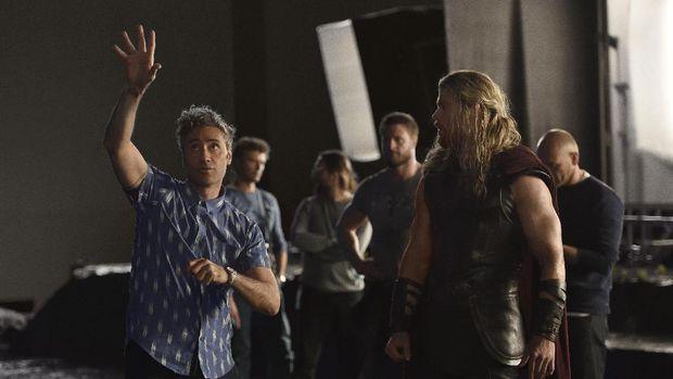 Taika Waititi saat mengarahkan Chris Hemsworth