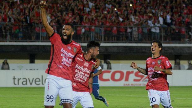 Sylvano Comvalius dan Stefano Lilipaly sempat baku hantam sebelum menjadi penentu kemenangan Bali United. (