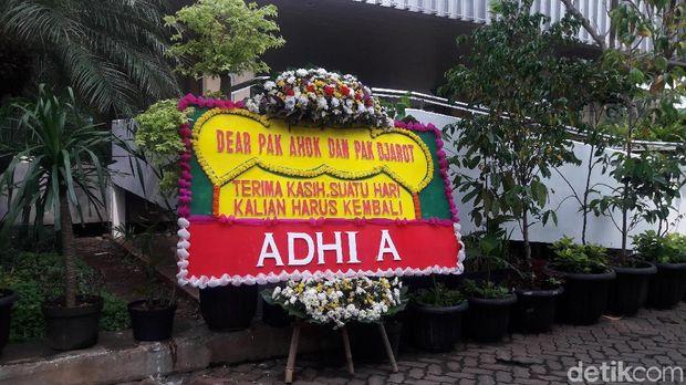 Karangan Bunga untuk Ahok-Djarot Masih Berdatangan ke Balai Kota