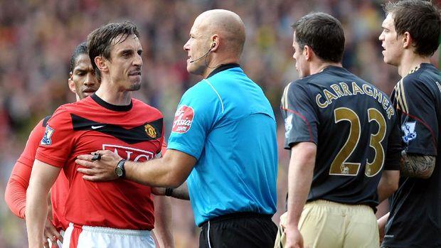 Jamie Carragher melakukan dua gol bunuh diri saat melawan Manchester United.