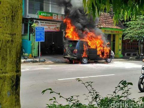 Mobil Isuzu Phanter ludes terbakar/