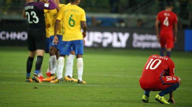 Timnas Chile tertunduk lesu saat dikalahkan Brasil 3-0. (