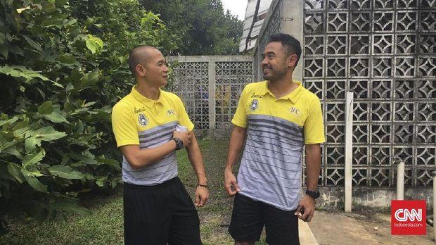 Kurniawan Dwi Yulianto (kiri) saat tengah bercanda dengan Ponaryo Astaman di sela-sela kursus pelatih Lisensi A AFC. (