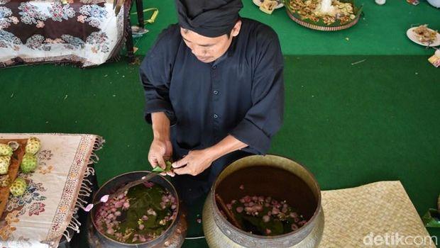 Prosesi jamasan pusaka peninggalan Ki Ageng Pandanaran di Semarang.
