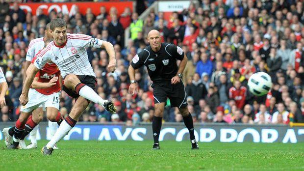 Steven Gerrard mencetak gol ke gawang Manchester United melalui tendangan penalti.