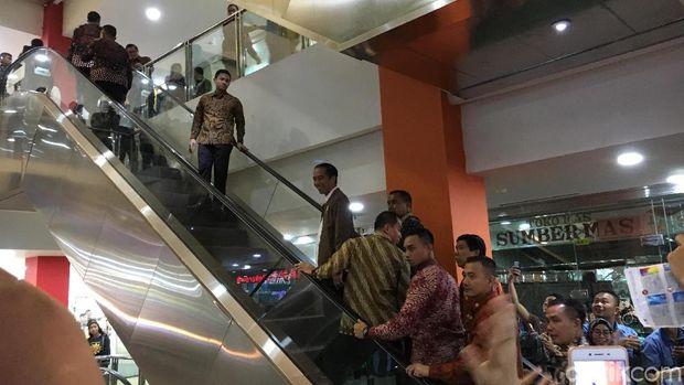 Jokowi memang beberapa kali berkunjung ke berbagai mall, namun itu dilakukan secara spontanitas.