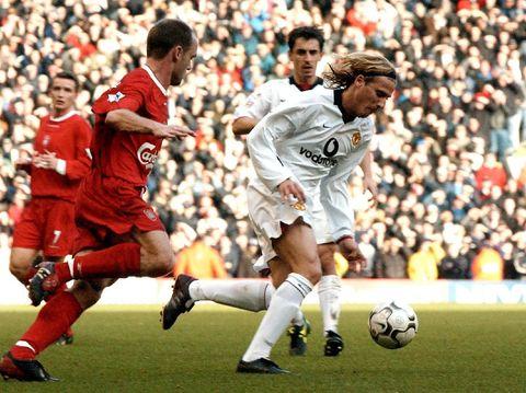 Diego Forlan sukses mencetak tiga gol ke gawang Liverpool.