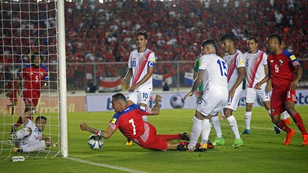 Momen ketika Gabriel Torres mencetak gol hantu di laga lawan Kosta Rika.