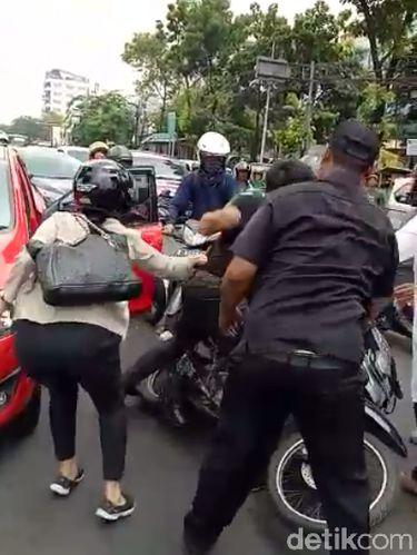 Keributan yang melibatkan anggota TNI AL dengan pemobil di jalan di Rawamangun