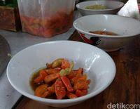 Cabai rawit rebus yang bisa dipesan sesuai selera untuk racikan mie ayam.