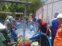 Warga membuat tandon sederhana untuk menampung air bersih