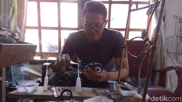 Agit membuat miniatur sepeda motor jadul