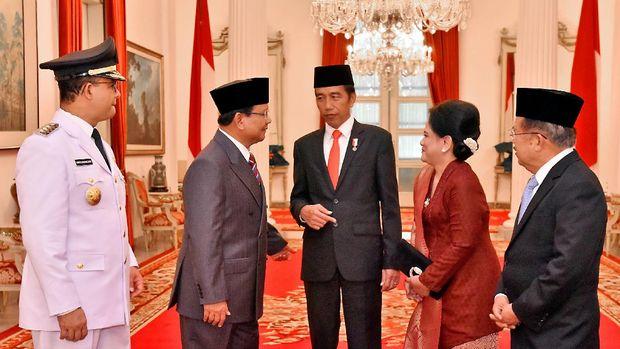 Presiden Joko Widodo, Ibu Negara Iriana Joko Widodo, Wapres Jusuf Kalla, Ketum Gerindra Prabowo Subianto, dan Gubernur DKI Anies Baswedan berbincang di sela pelantikan