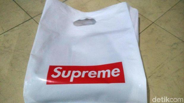 Akhirnya, setelah lebih dari 30 menit antre, bisa beli Supreme juga (Wahyu/detikTravel)