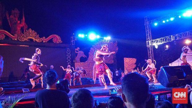 Hanoman aktif tampil di atas panggung Devdan Show di Nusa Dua, Bali.