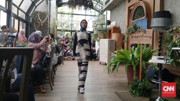 'Oleh-oleh' Dian Pelangi dari Paris Fashion Week for Peace