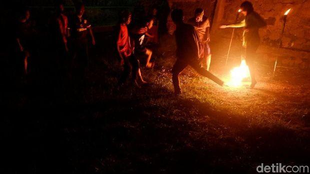 Sepakbola api dalam rangka Hari Santri di Banjarnegara.