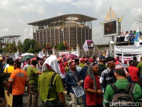 Buruh Hutan Industri di Pekanbaru Demo Kecam Kebijakan Menteri LHK