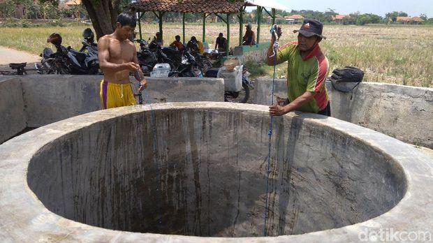 Sumur keramat itu memiliki kedalam 6 meter dengan diamater 2,5 meter