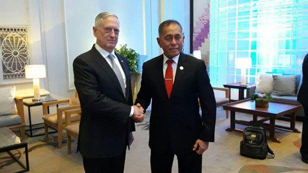 Menhan AS bersalaman dengan Menhan RI.