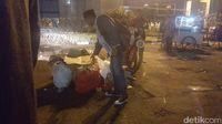 Massa tolak Perppu Ormas membersihkan sampah usai aksi.