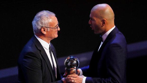 Claudio Ranieri memberikan penghargaan pelatih terbaik versi FIFA tahun 2017 kepada Zinedine Zidane.