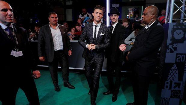 Cristiano Ronaldo mempertahankan gelar individu pada penghargaan pemain terbaik FIFA.