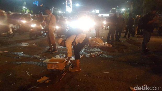 Massa tolak Perppu Ormas membersihkan sampah usai aksi