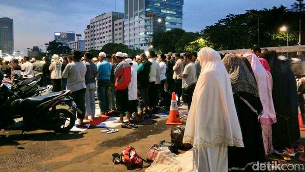 Top! Massa Penolak Perppu Ormas Bersihkan Sampah Usai Aksi
