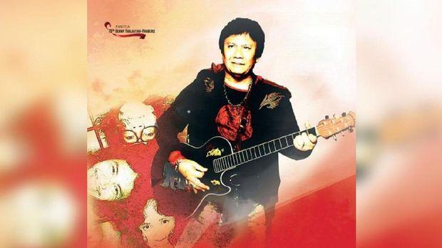 Benny Panjaitan memegang gitar, menyanyi dan menulis lagu.