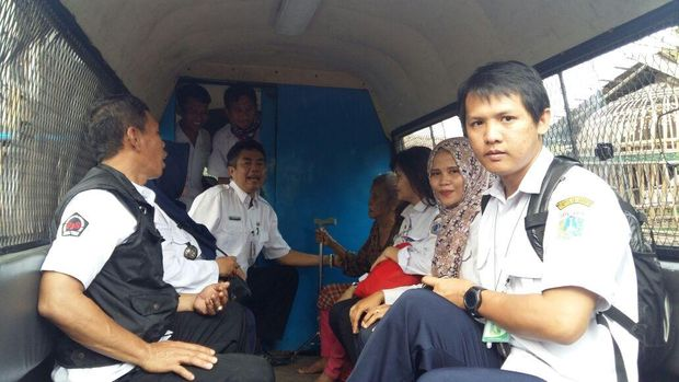 Penanganan ini dilakukan oleh petugas Pelayanan, Pengawasan dan Pengendalian Sosial (P3S) dan paramedis Kelurahan Tugu Utara