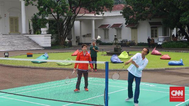 Presiden Joko Widodo menyempatkan bermain bulu tangkis pada peringatan hari Sumpah Pemuda di Istana Bogor bersama atlet Pelatnas PBSI.