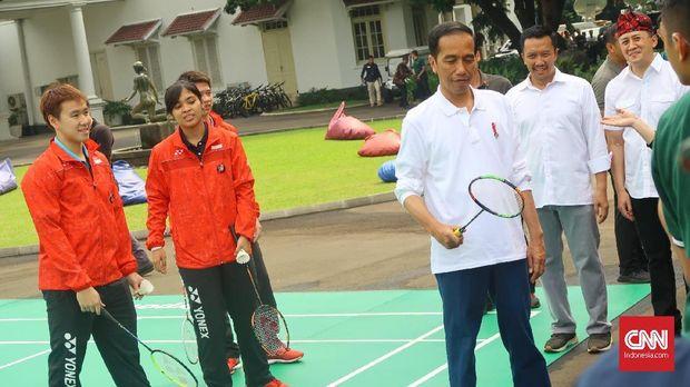 Presiden Joko Widodo bermain bersama tiga atlet pelatnas PBSI dalam acara peringatan Hari Sumpah Pemuda, Sabtu (28/10).