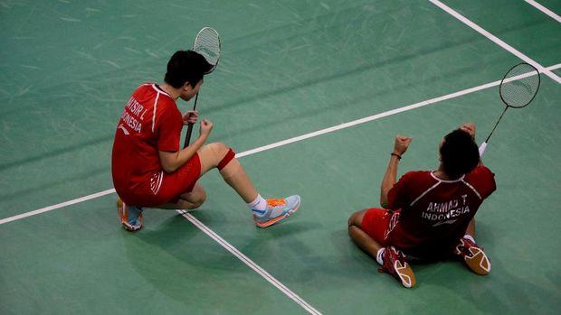Tontowi Ahmad/Liliyana Natsir melakukan selebrasi setelah berhasil menjuarai turnamen Perancis Terbuka 2017.