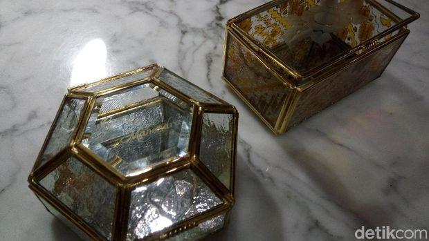 Kotak kaca salah satu suvenir pernikahan kahiyang