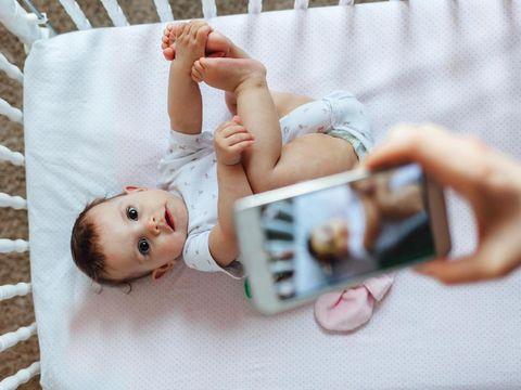 Ilustrasi memfoto bayi/