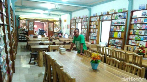 Perpustakaan yang berdiri di bekas showroom mebel di Jepara.