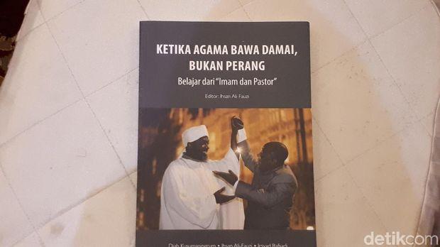 Buku uku 'Ketika Agama Bawa Damai, Bukan Perang, Belajar dari Imam dan Pastor' yang dikeluarkan oleh Pusad Paramadina