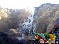 Warga berdoa di puncak kawah Gunung Agung