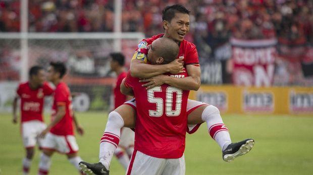 Bruno Lopes mencetak gol keunggulan 1-0 Persija atas Persib melalui eksekusi penalti. (