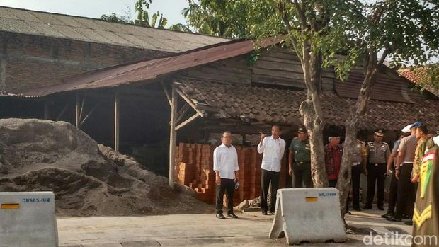 Jokowi memantau simulasi kirab pernikahan Kahiyang /